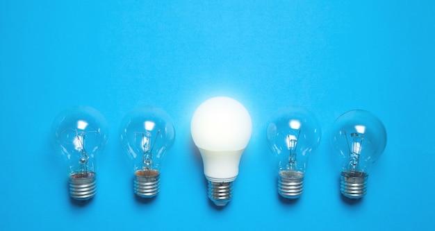 Lampadine sullo sfondo blu. Foto Premium