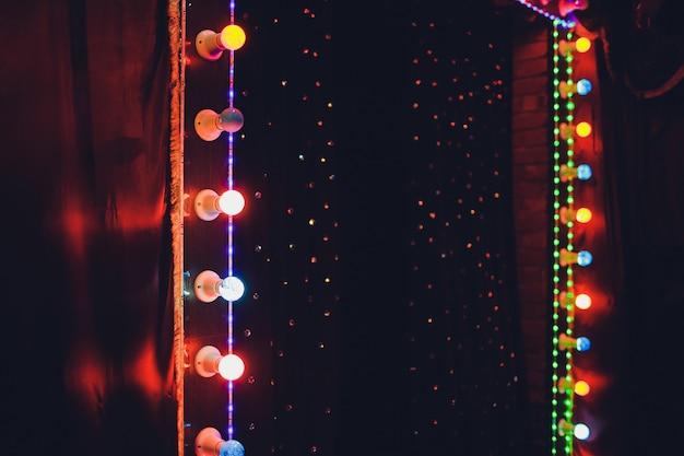 Lampadine sul palco scena teatrale con lampadine al neon colorate glitter per presentazioni o concerti. spettacolo notturno in serata festiva. Foto Premium