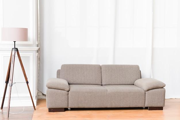 Soggiorno moderno e luminoso con comodo divano Foto Premium