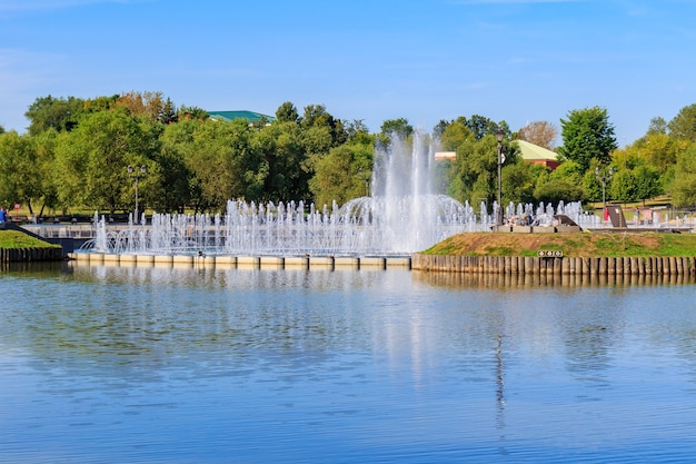 Fontana di luce e musica sull'isola a ferro di cavallo nel parco tsaritsyno a mosca contro lo stagno centrale tsaritsynsky al mattino soleggiato d'estate Foto Premium