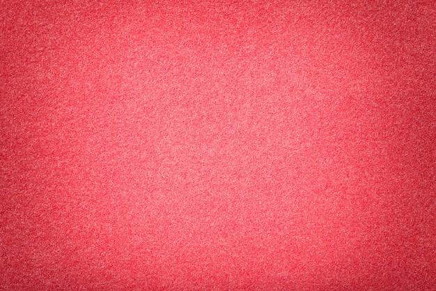 Primo piano in tessuto scamosciato opaco rosso chiaro. trama velluto di feltro. Foto Premium