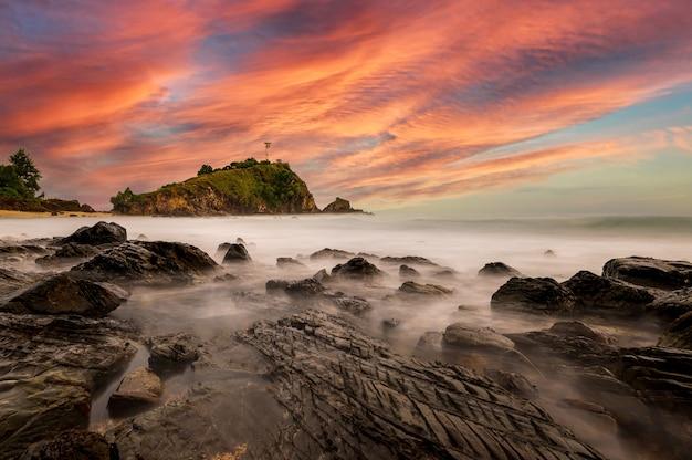 Faro dell'isola di lanta a krabi, thailandia Foto Premium