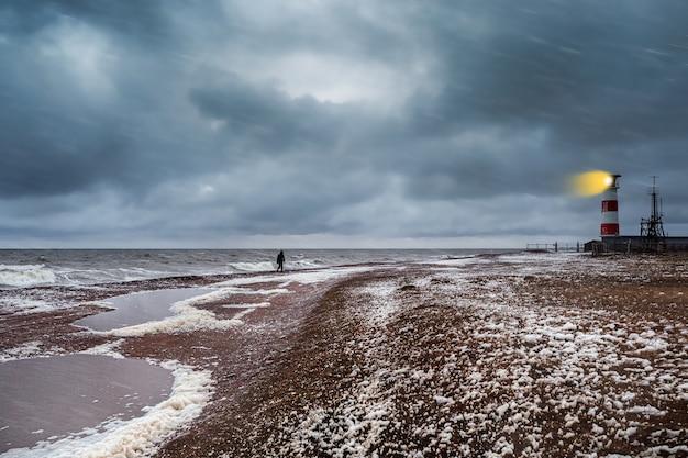 Faro sulla riva del mar bianco impetuoso sulla penisola di kola. Foto Premium
