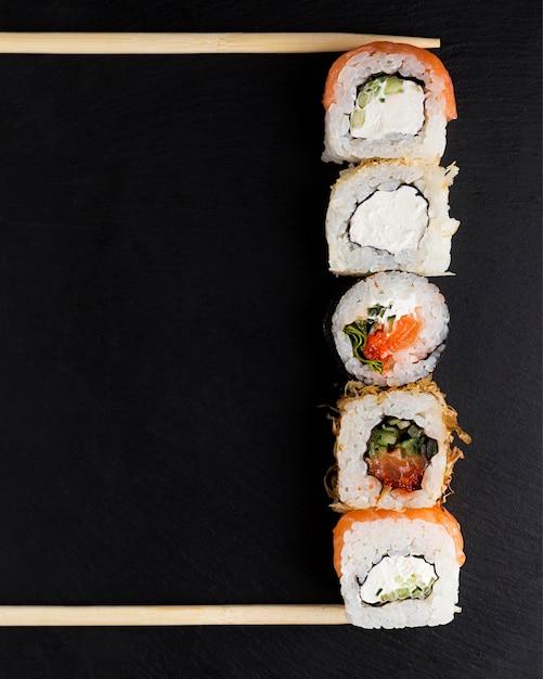 Linea di involtini di sushi Foto Premium