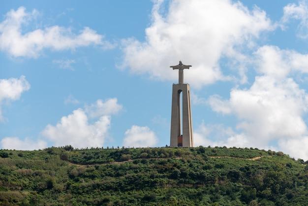 Lisbona, portogallo 18 aprile 2019: la statua di gesù cristo a lisbona, portogallo Foto Premium