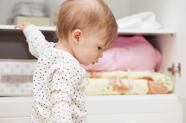 Piccola neonata nella stanza dei suoi bambini Foto Premium