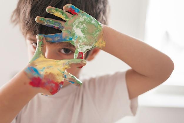 Piccolo bambino che dipinge come un artista Foto Premium