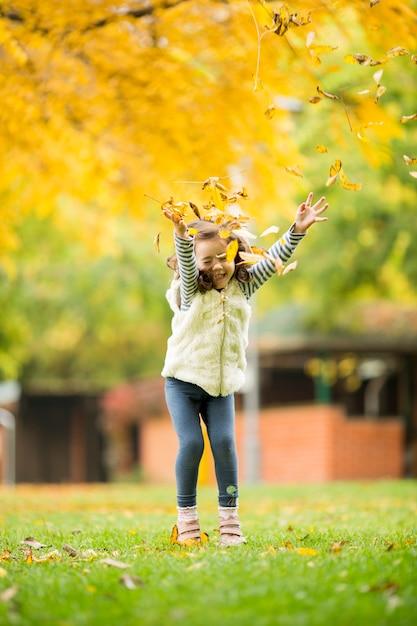 Bambina al parco d'autunno Foto Premium