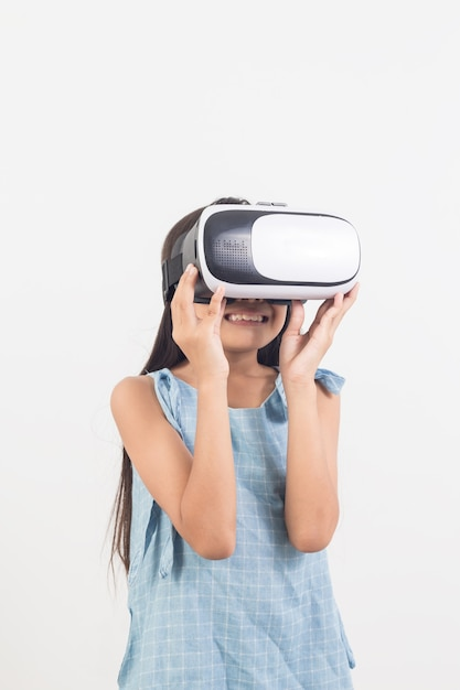 Bambina che gioca ai videogiochi su occhiali per realtà virtuale Foto Premium