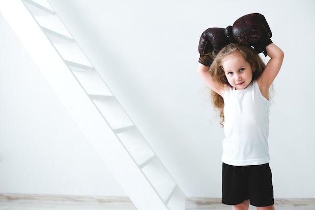 Bambina in guantoni da boxe vintage. sognatore. Foto Premium