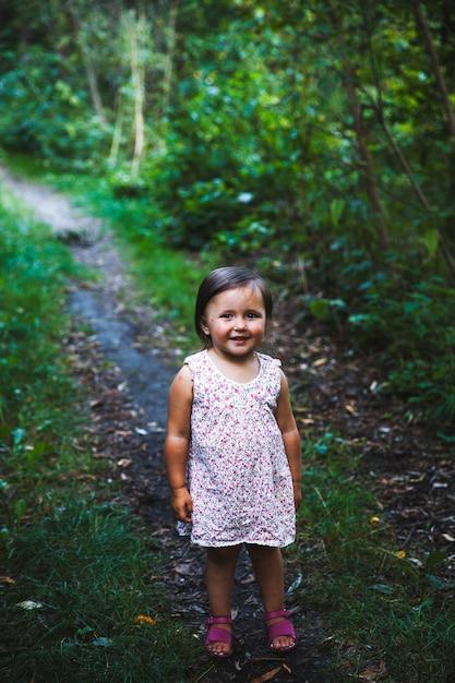 Bambina che cammina nel parco Foto Premium