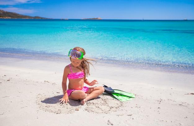 Bambina con pinne e occhiali per lo snorkeling Foto Premium