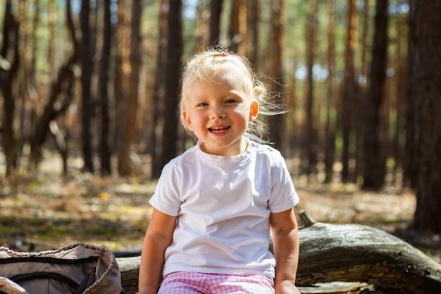 Bambina nel bosco. cammina con i genitori. camminare con i genitori. Foto Premium