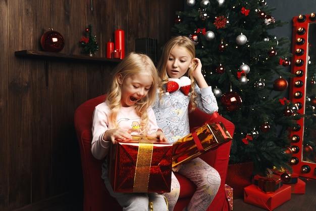 Bambine che aprono i regali di natale Foto Premium