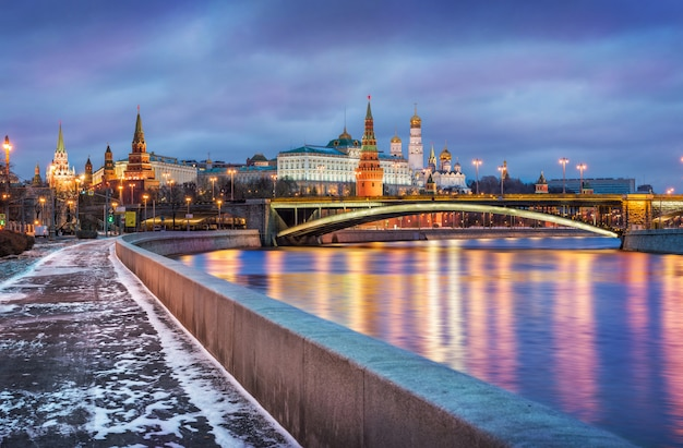 Poca neve sull'argine del fiume moskva vicino al cremlino di mosca Foto Premium