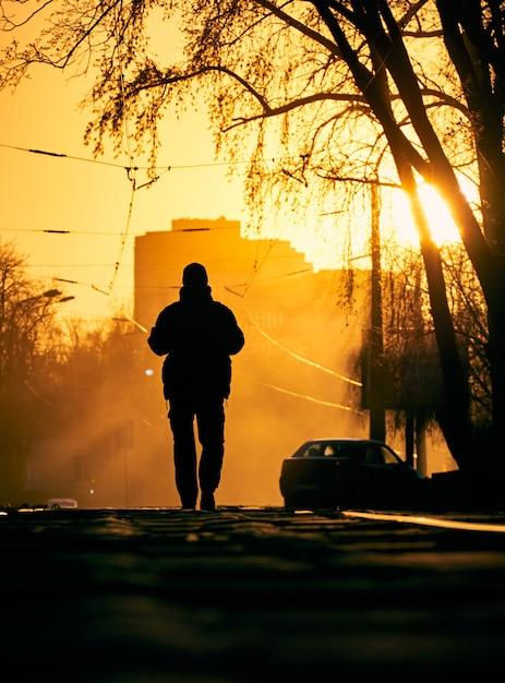 Uomo solo per strada. Foto Premium
