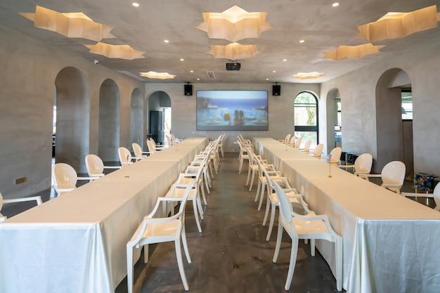 Tavoli E Sedie Lunghi Nei Ristoranti Del Resort Foto Premium