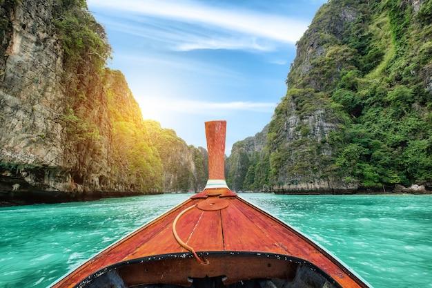 Barca di legno della coda lunga che naviga sulla montagna calcarea della laguna di pileh a krabi, tailandia Foto Premium