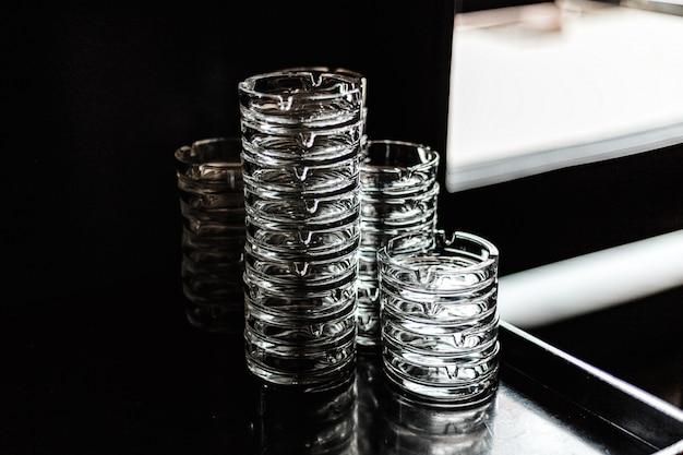 Un sacco di posacenere di vetro pulito Foto Premium