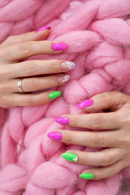 Molte mani di manicure di colore lucido hanno diverse macchie Foto Premium