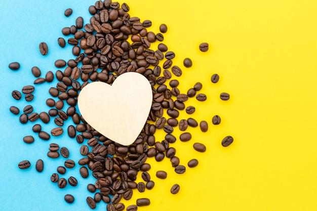 Amo il concetto di caffè, cuore bianco vista dall'alto sul chicco di caffè Foto Premium