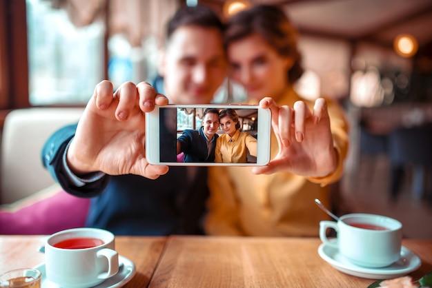 Amore coppia fa selfie sulla fotocamera nel ristorante Foto Premium