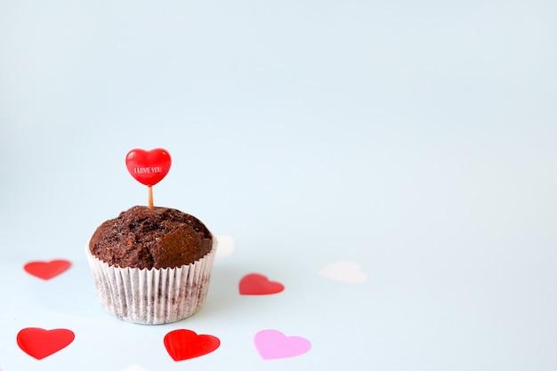 Amore cupcake con cuori rossi su blu con spazio di copia Foto Premium
