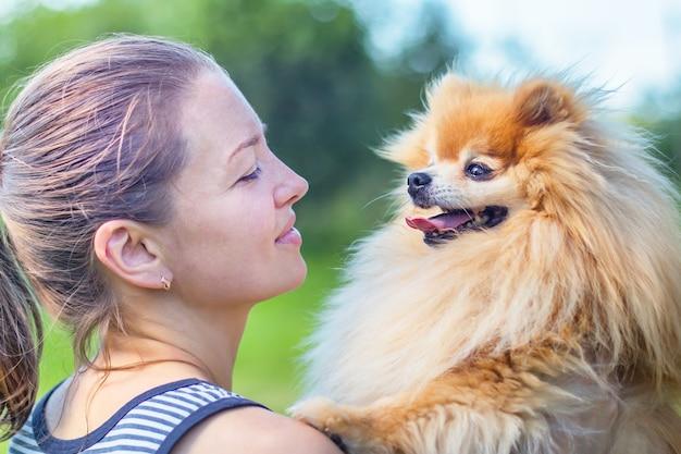 Amore, amicizia tra proprietario e cane. Foto Premium
