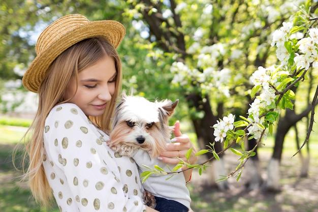 L'amore tra la donna e il suo cane, la donna abbraccia il suo yorkshire terrier Foto Premium