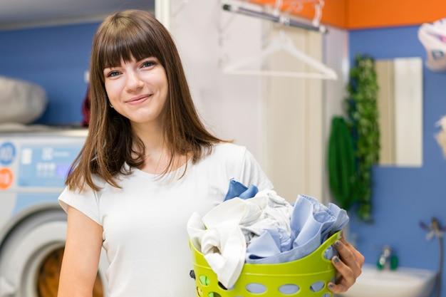 Canestro di lavanderia adorabile della tenuta della donna Foto Premium