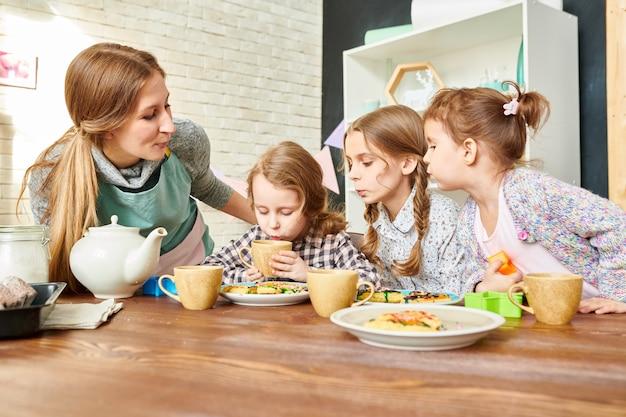 Famiglia amorevole nella sala da pranzo Foto Premium