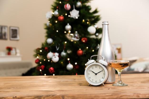 Champagne di angolo basso su vetro sulla tavola Foto Premium
