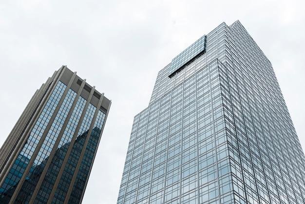 Edifici alti moderni a basso angolo Foto Premium