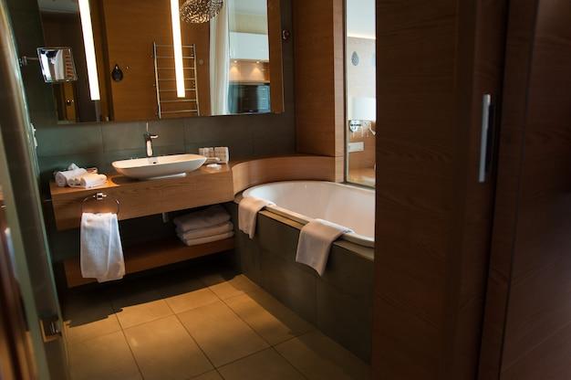 Interior design del bagno di lusso per uno stile di vita moderno con finestra sulla camera da letto Foto Premium