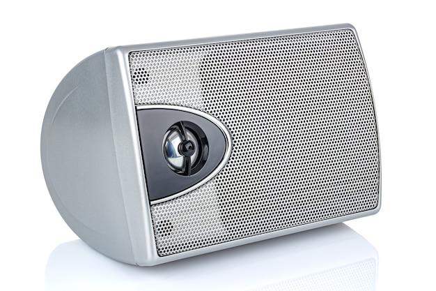 Mentendo piccolo altoparlante del computer d'argento isolato su sfondo bianco Foto Premium