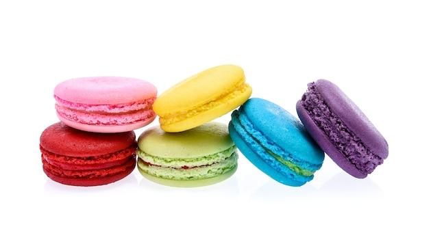 Macarons isolati su sfondo bianco Foto Premium