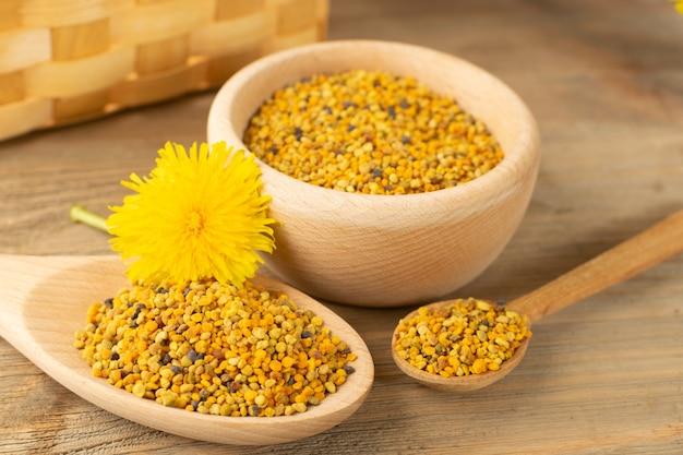 Colpo a macroistruzione di polline d'api o perga da vicino Foto Premium
