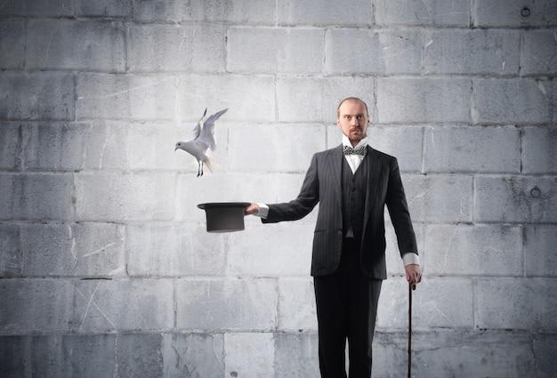 Il mago evoca un piccione Foto Premium