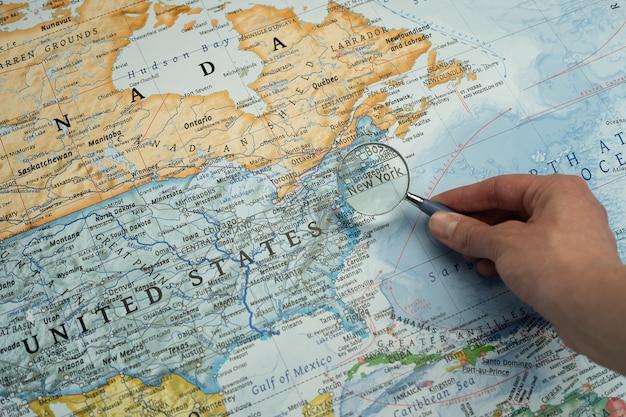 Cartina Mondiale Stati.Lente D Ingrandimento Su New York Stati Uniti In Una Mappa Mondiale Foto Premium