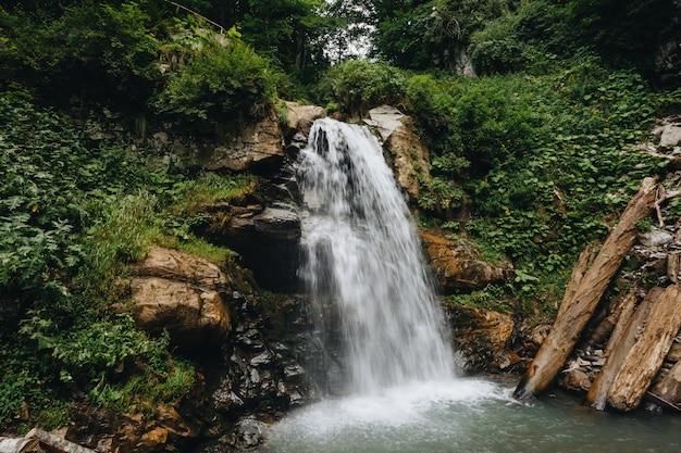 Maestosa cascata nelle montagne della russia. Foto Premium