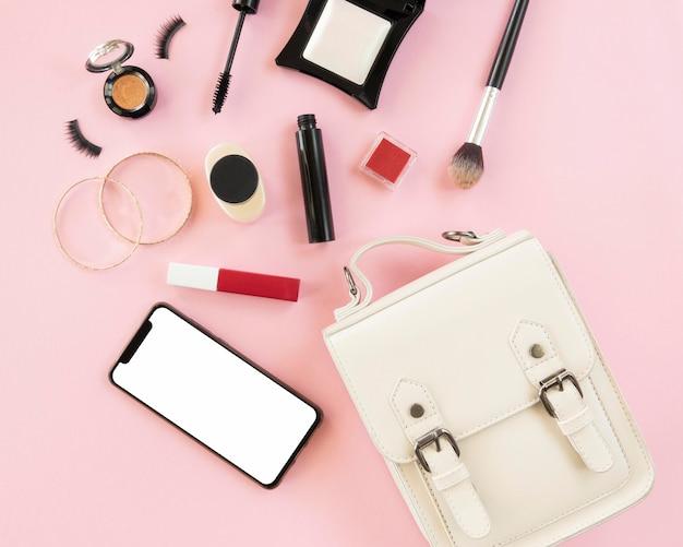 Trucco prodotti con cellulare e borsa Foto Premium