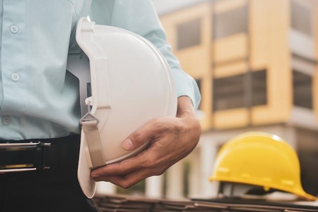 Costruzione di edifici maschio del casco della tenuta dell'uomo d'affari Foto Premium