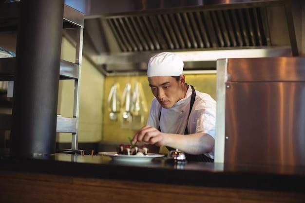 Piatto da dessert guarnitura chef maschio Foto Premium