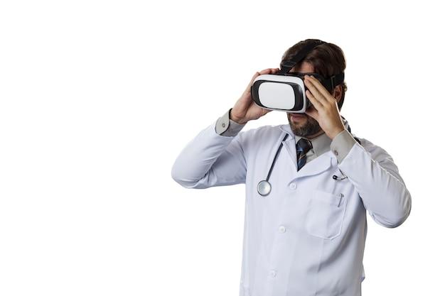 Medico maschio utilizzando occhiali per realtà virtuale. Foto Premium