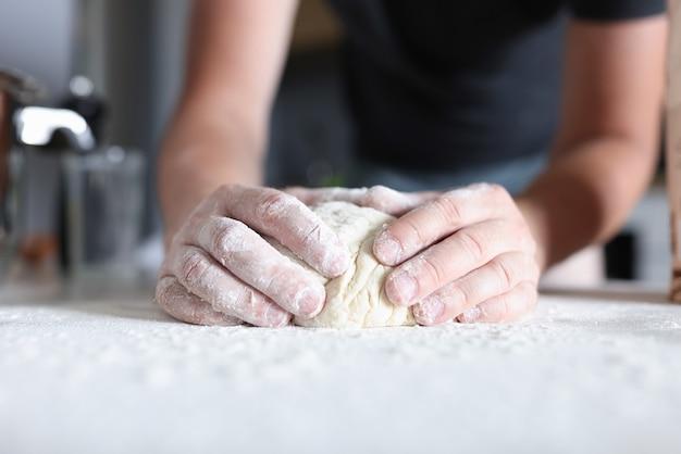 Mani maschii preparano la pasta in cucina Foto Premium
