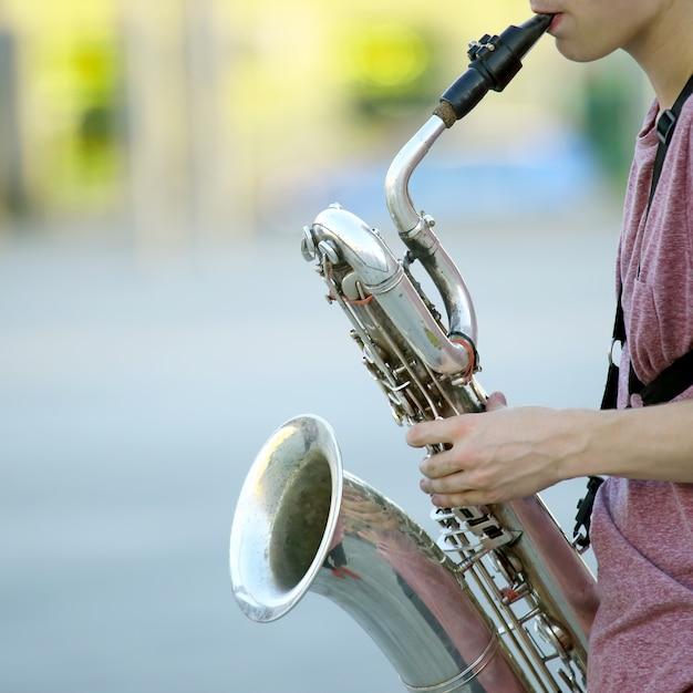 Musicista maschio che suona il sassofono per strada Foto Premium