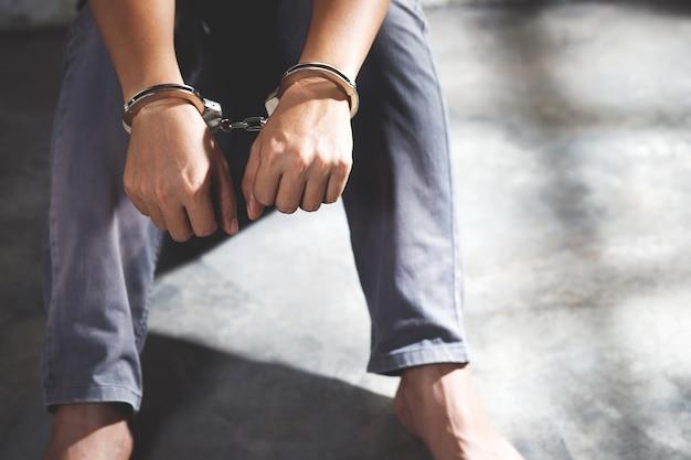 Prigioniero maschio in manette Foto Premium