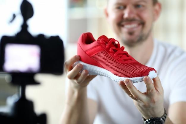 Il revisore del prodotto maschile racconta la sua iscrizione in un online Foto Premium