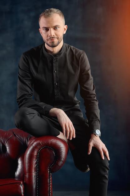 Uno psicologo maschio nel suo ufficio è pronto a ricevere pazienti, un concetto di psicologia, un bellissimo stupido dottore, uno psicologo. copia spazio. Foto Premium