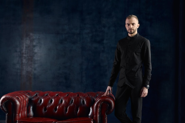 Uno psicologo maschio nel suo ufficio è pronto a ricevere pazienti, un concetto di psicologia, un bellissimo dottore stupido, uno psicologo. copia spazio. Foto Premium